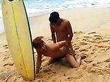 Surfeurs gays s'enculent sur le sable chaud