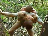 Hétéro kidnappé baisé dans les bois