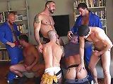 Ouvriers gays partouzent en fin de journée