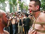 Baisé en public pendant la gay pride