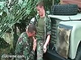 Jeune militaire pompé par un collègue