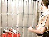 Le maton baise un délinquant en prison