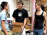Jeunes gays coquins baisent pendant le taf