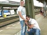 Gay enculé par un jeune dans une gare