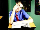 Elève baisé sur le bureau du professeur