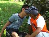 2 jeunes font baisent dans un jardin public