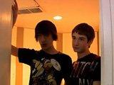 Deux Teen chauffent un gay mature