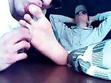 Jeune fétichiste des pieds se fait lécher