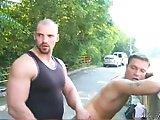 Il baise un minet en pleine rue !